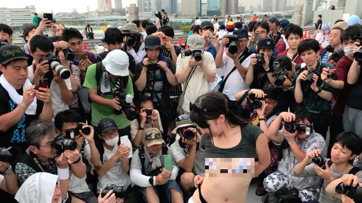 搶拍露乳妹驚見「四角相機」 網爆笑跪求:鹹濕視角