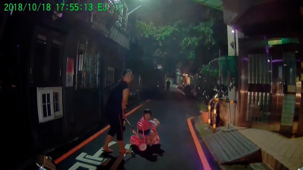 差點撞上散步母女 15秒畫面曝光...他爆氣戰網友!