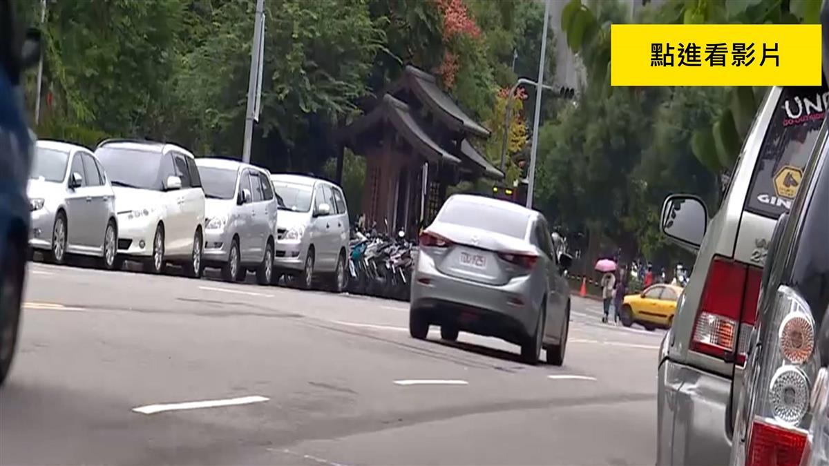 駕駛疑迴轉切車道沒在看!騎士噴飛5米命危