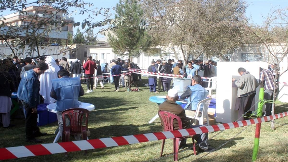 阿富汗國會大選混亂中登場 攻擊已釀3死數十傷