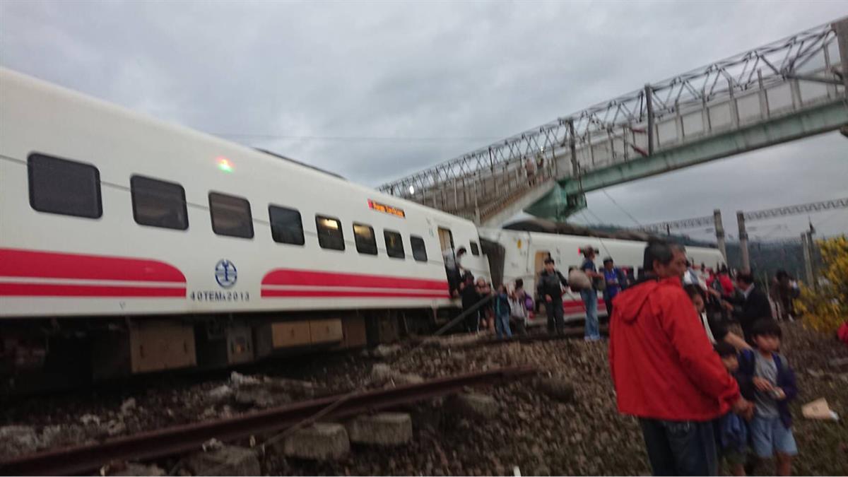 普悠瑪號宜蘭線新馬站出軌翻覆! 有很多乘客受傷搶救