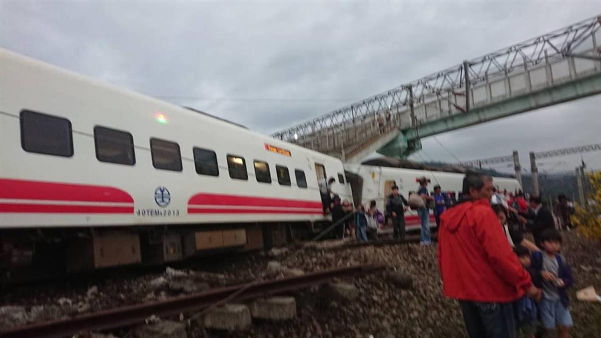 普悠瑪列車出軌雙線不通  台鐵晚間7時說明