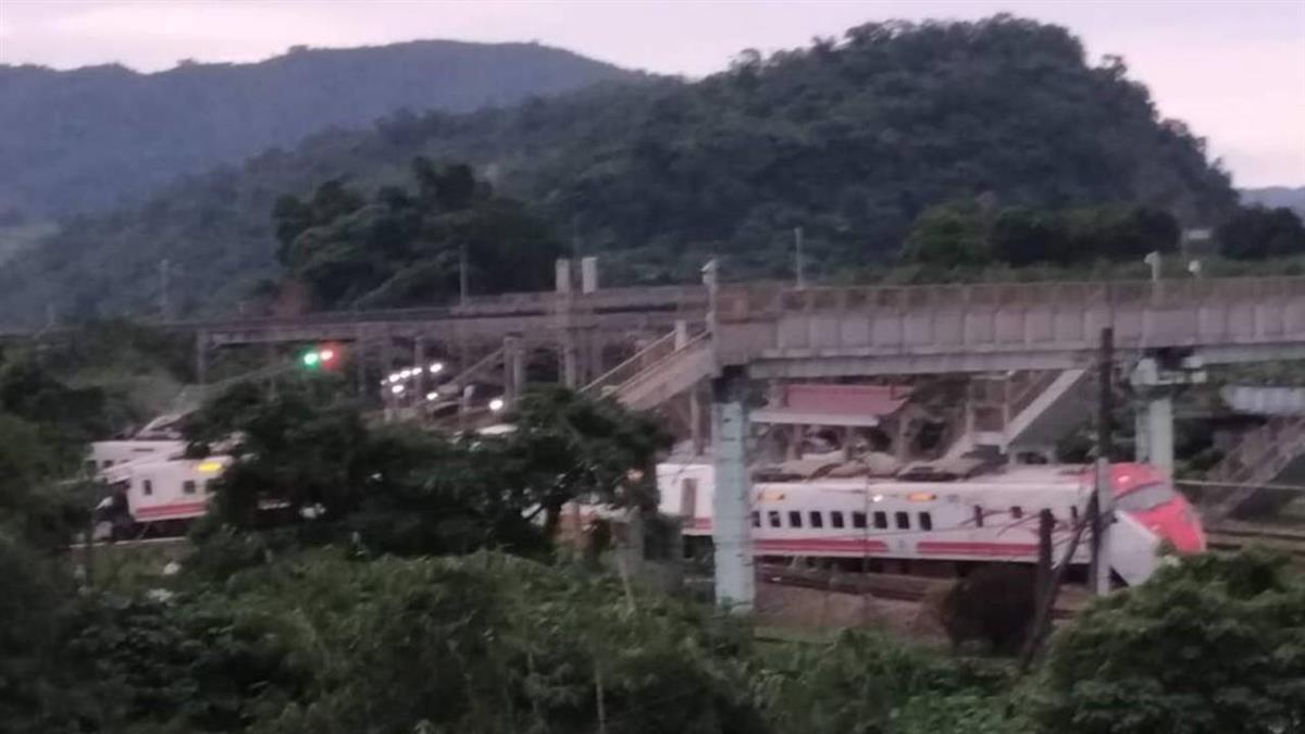 普悠瑪列車事故  8節全出軌多車廂變形嚴重