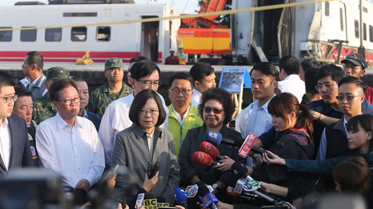 普悠瑪列車事故 總統一早赴現場聽簡報