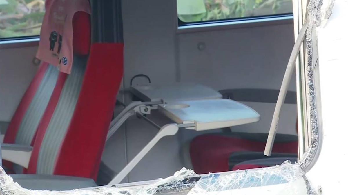 普悠瑪車廂內景象慘! 人堆疊、乘客互助幫止血