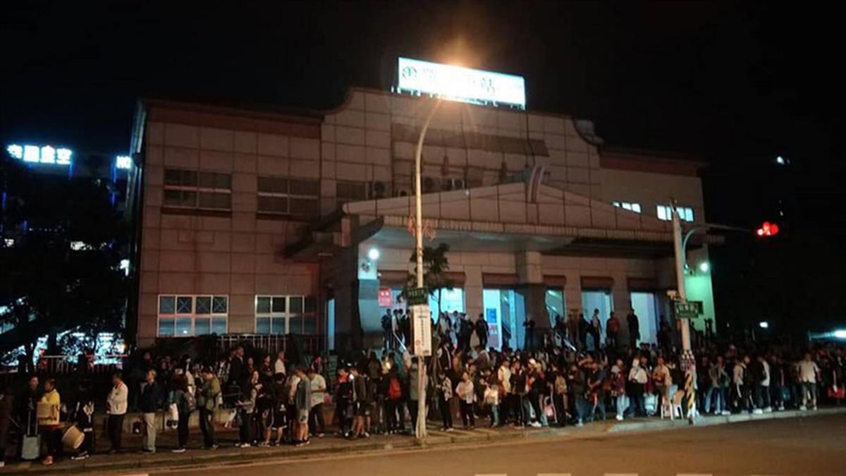 百人擠爆東澳車站!民間車隊「免費接駁」司機曝動機