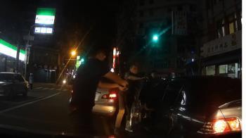 苗警當街圍捕通緝犯 路人讚帥又有禮貌