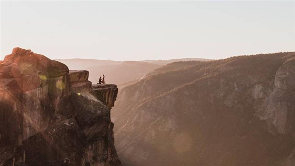2分鐘情侶成亡魂!山崖求婚…下秒慘墜2千公尺山谷
