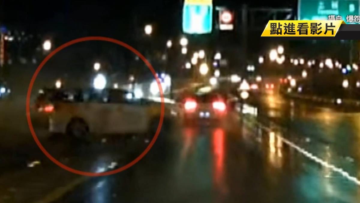 超車失控小黃打水漂 迎面重擊轎車