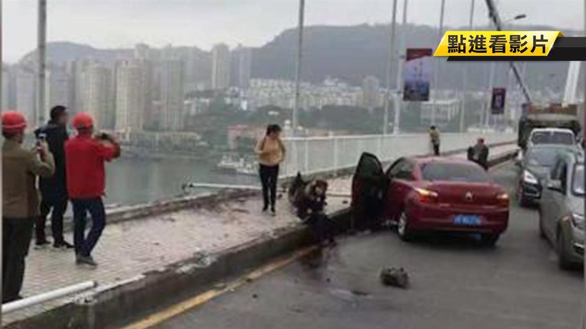公車閃「逆行三寶」衝入長江!已撈起2遺體