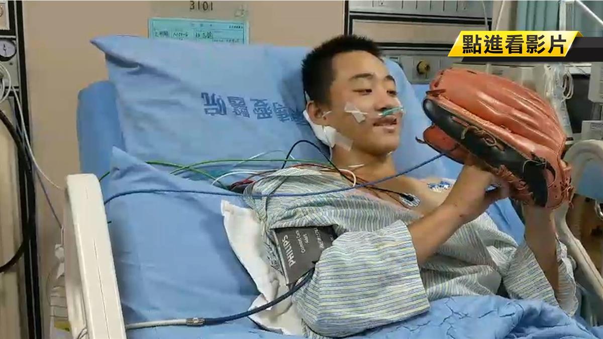 轉普通病房「台東小巨砲」脫險境!把玩職棒手套笑了