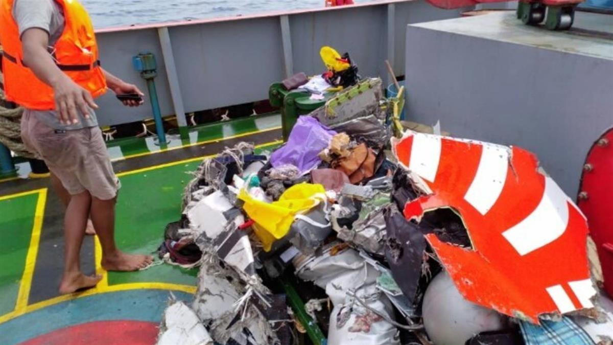印尼續打撈失事客機殘骸 黑盒子尚未尋獲