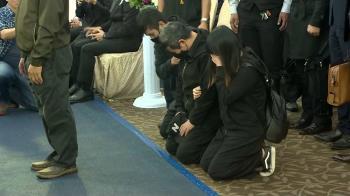 普悠瑪公祭司機靈堂下跪哭 家屬安慰:一起找真相