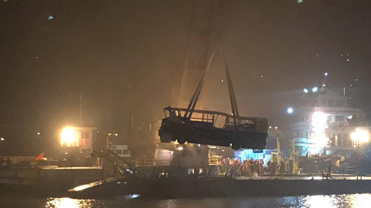 墜入長江85小時 重慶公車打撈出水