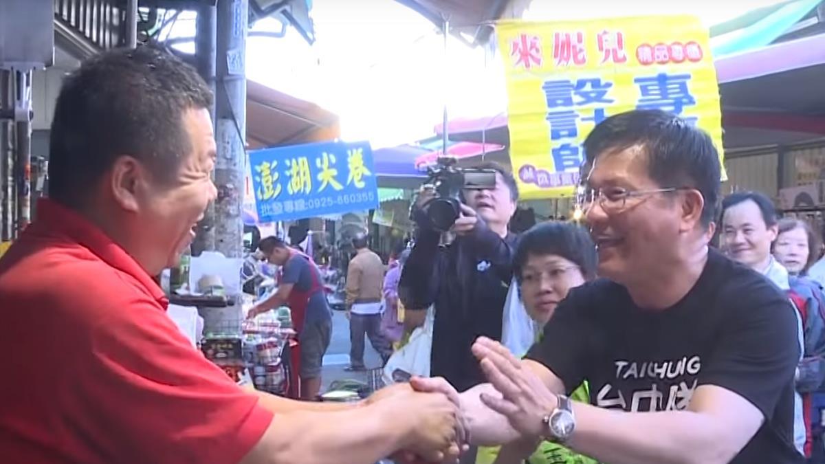 林佳龍啟動菜市場掃街 攤商熱情送包粽喊凍蒜