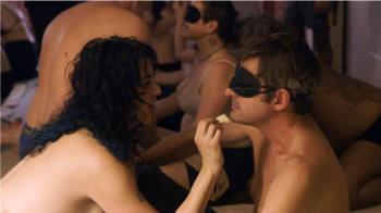 為拍紀錄片!他脫光下海參加多人趴 遭裸女包圍磨蹭