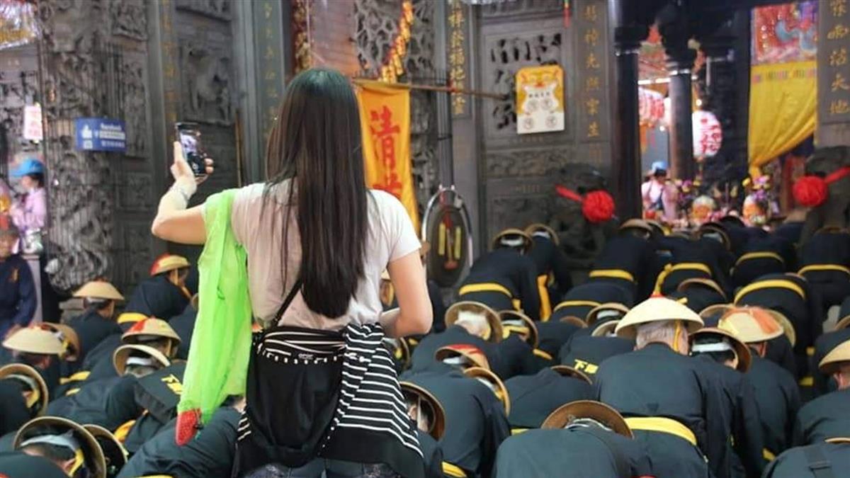 東港迎王全體跪拜 唯她「自拍直播」在地人怒:衰3年