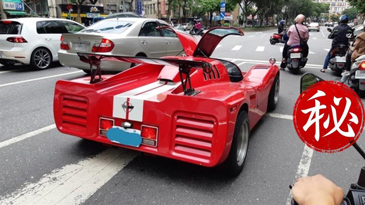 等紅綠燈遇「古董級跑車」帥炸!後照鏡藏魔性亮點