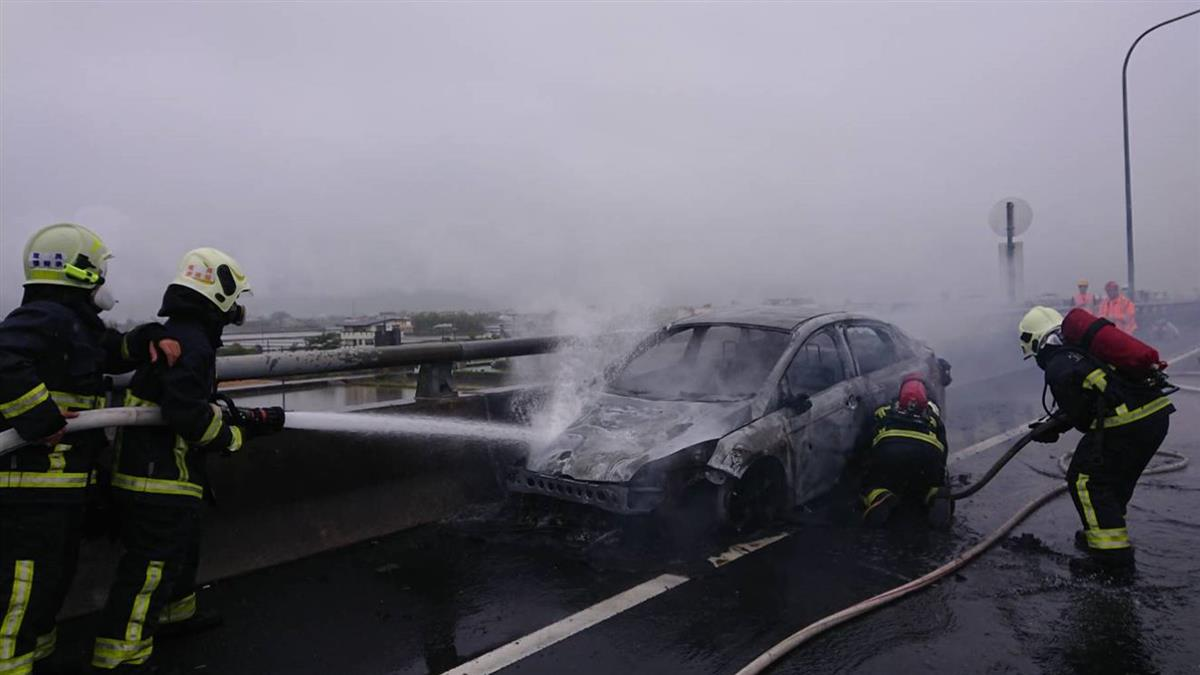國5火燒車 幸無人傷亡