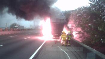 冷凍貨櫃車國道爆胎引發火燒車 無人傷亡