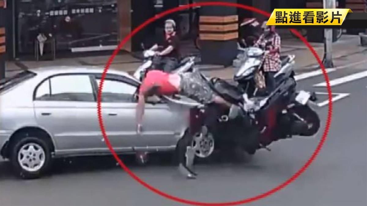 碰!交叉路口左轉 轎車撞飛機車騎士
