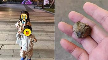 4歲女兒遭石頭砸!她熱心安慰…監視器驚見恐怖真相