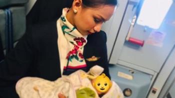 乘客寶寶機上狂哭!正妹空姐擁入懷中 解衣哺乳安撫