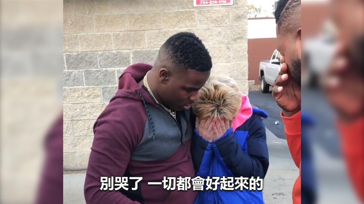 手頭拮据...演員秒掏錢助貧婦 她爆哭「丈夫剛走」