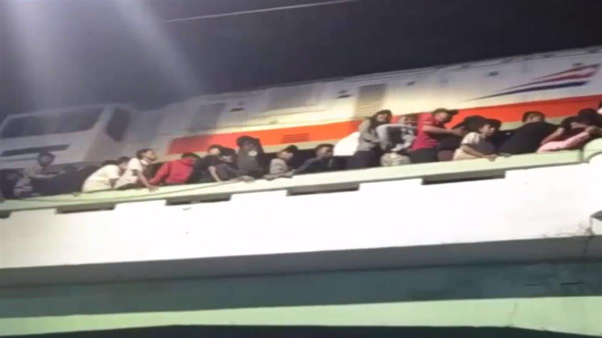 印尼群眾爭看表演 推擠墜地3死20傷