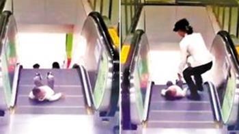 2歲童差1秒滾下扶梯!她手刀救援…14秒驚險畫面曝光