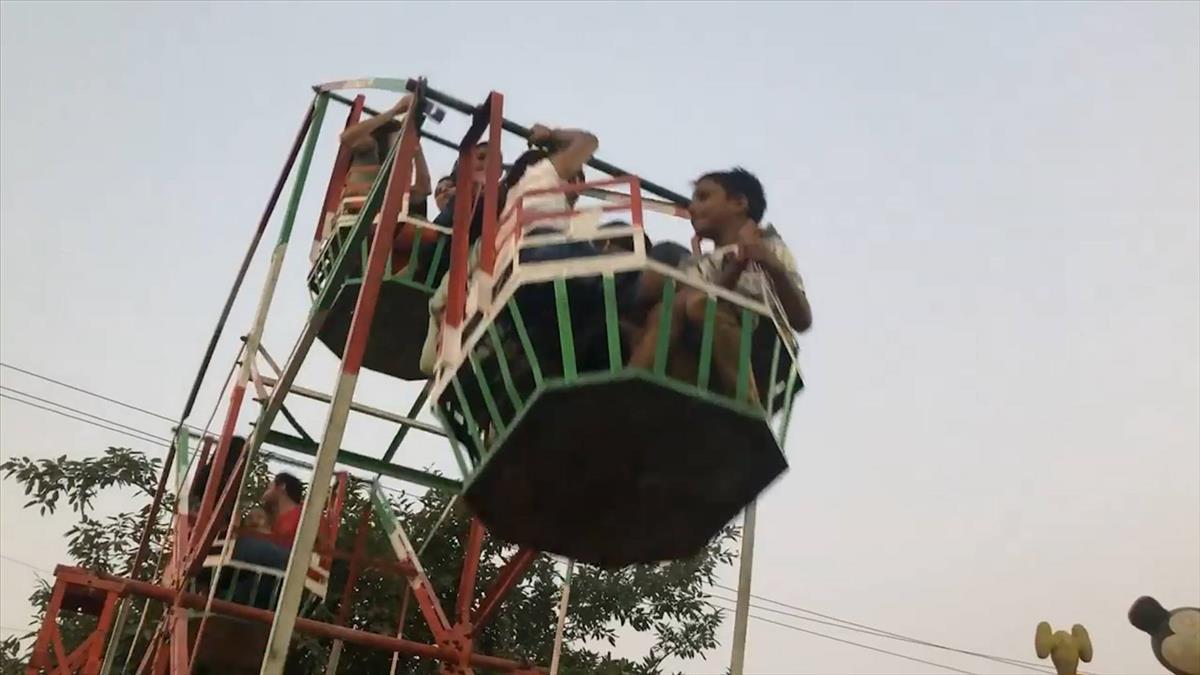 印度玩命人力摩天輪! 手拉+腳踩運轉遊客嚇破膽