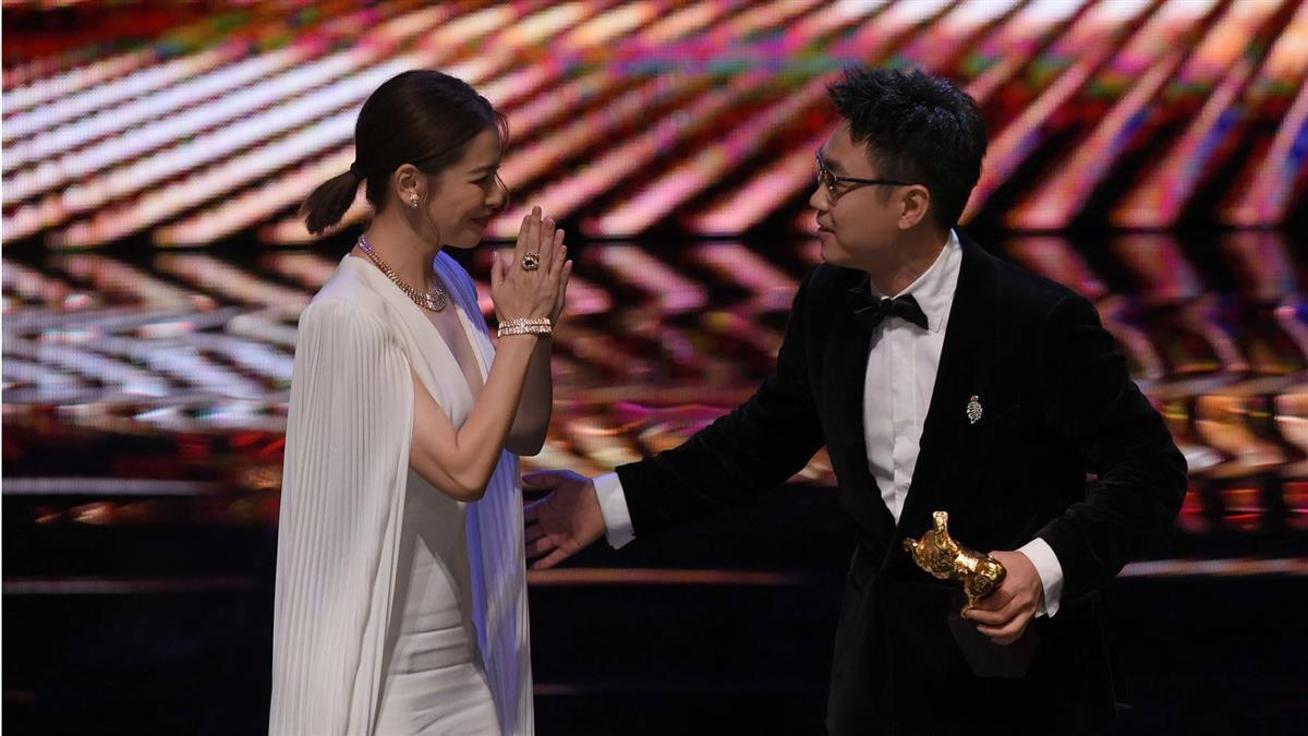 獲最佳劇情短片!導演大鵬上台問徐若瑄:可以抱妳嗎