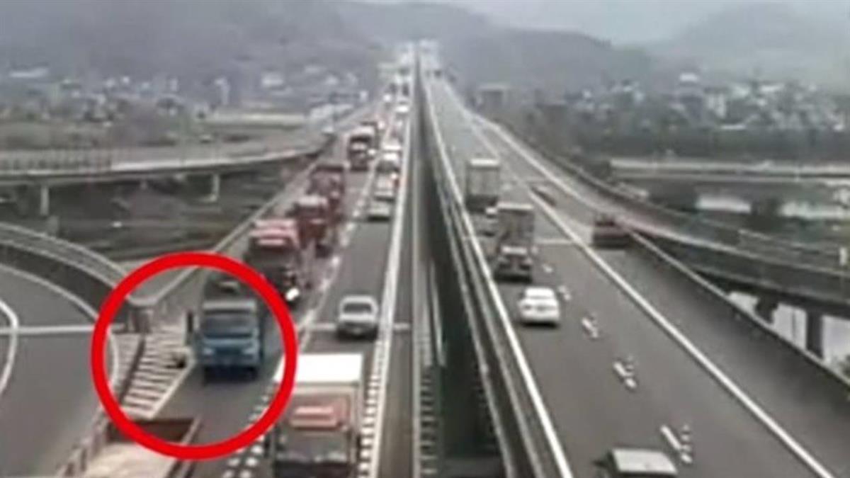 紅衣女偷看男友手機訊息 高速公路崩潰跳車!