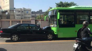 逆向撞公車!賓士車頭撞爛全毀 網驚:越級打怪?