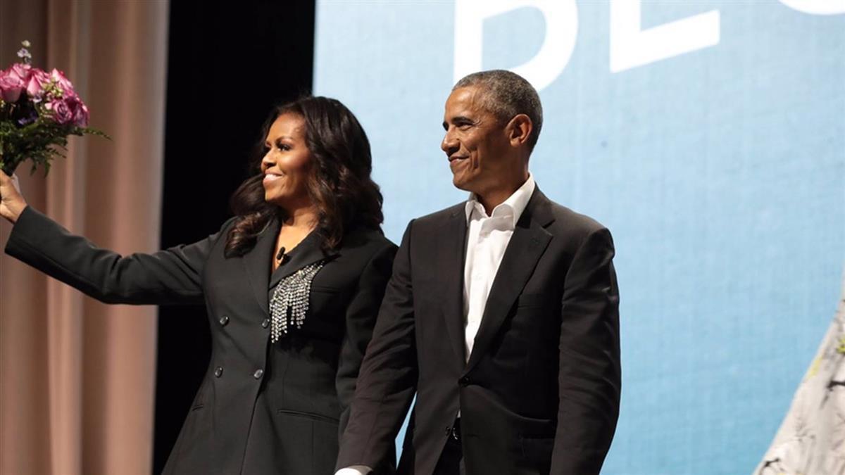 歐巴馬捧粉紅玫瑰  驚喜現身蜜雪兒打書會