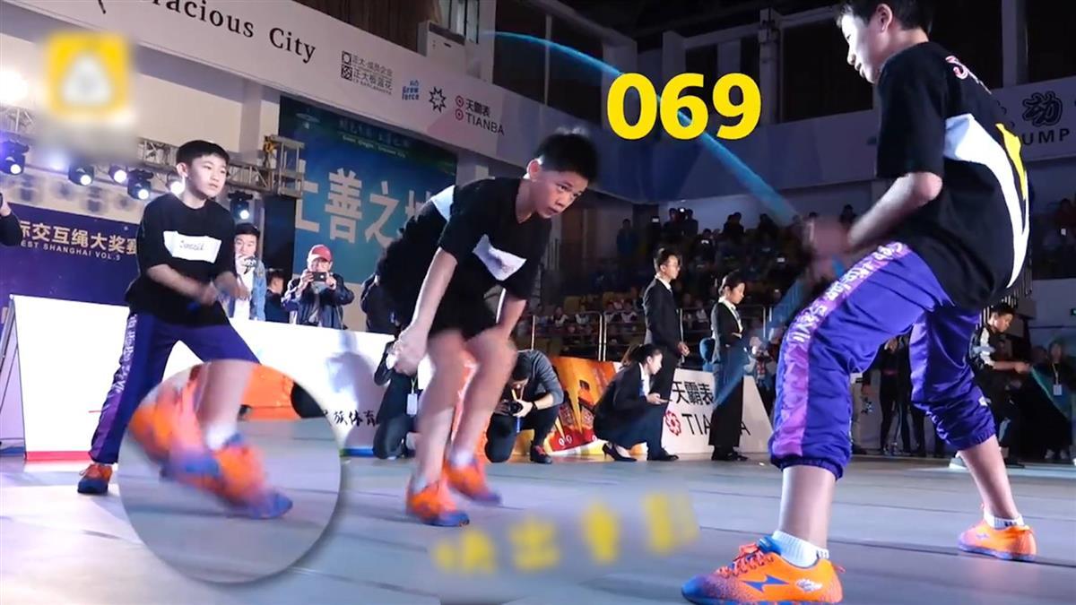1秒跳9下!快到看不見繩 13歲少年創跳繩世界紀錄