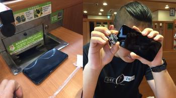他把手機當壽司盤丟回收口 店員苦撈1小時…全店笑炸