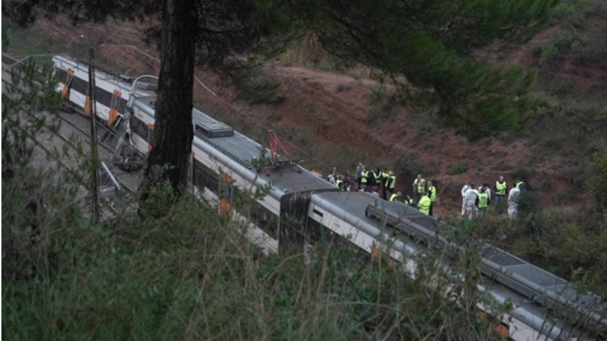意外!西班牙通勤列車出軌 釀1死44傷