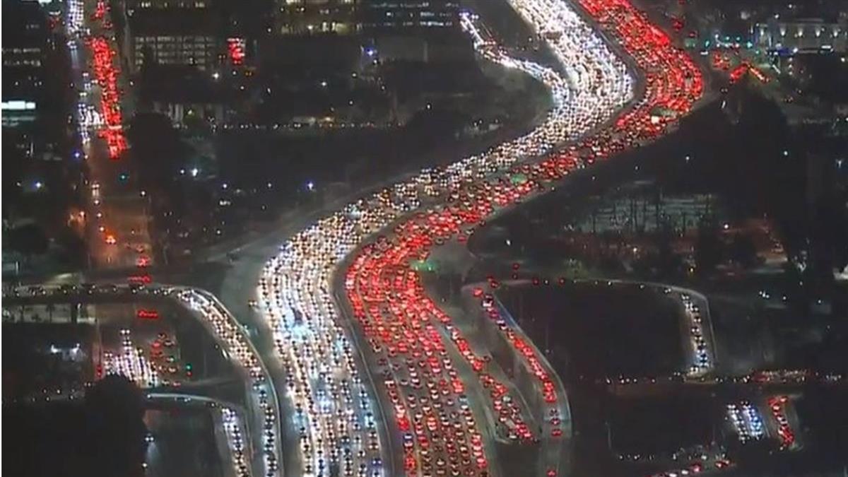 美感恩節交通塞爆!洛杉磯車潮空拍超壯觀