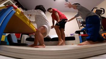 父揪兒嗨跳舞家裡開趴 1歲女扶桌深蹲超搶戲