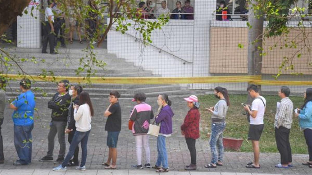 選民大排長龍 中選會:下午4時前排隊都可投票