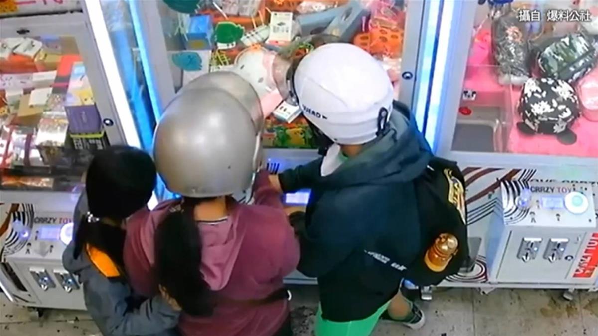 姊妹逛娃娃機店…狂搖機台!母全程目睹還給建議