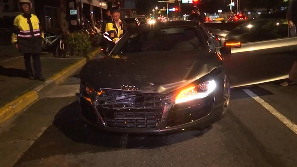 千萬跑車撞Uber再衝撞路邊車 駕駛棄車落跑