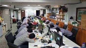 選舉累癱了!警察一片倒趴桌 網見照片心疼:辛苦了