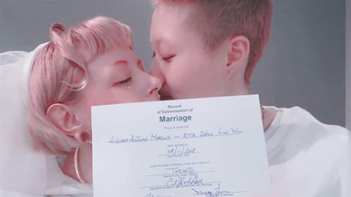 成龍19歲女兒結婚了!甜吻31歲女友 高喊:Love wins