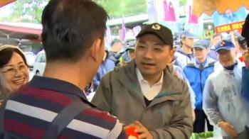 侯友宜蘆洲市場催票 邀選民風雨無阻去投票