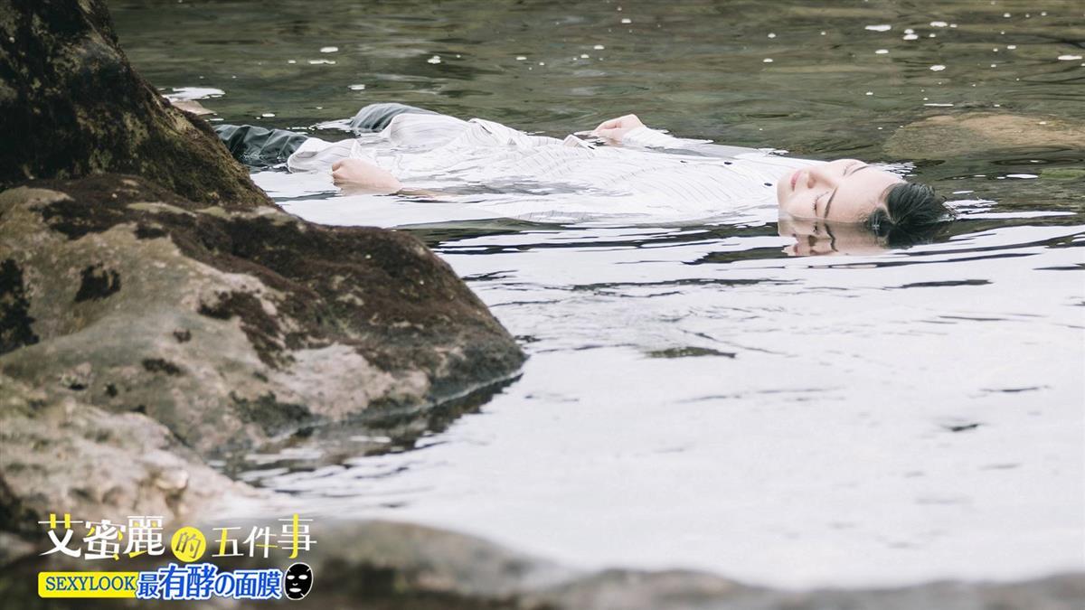 鍾瑶宿醉漂水裡成「浮屍」!滿臉眼屎睜不開眼