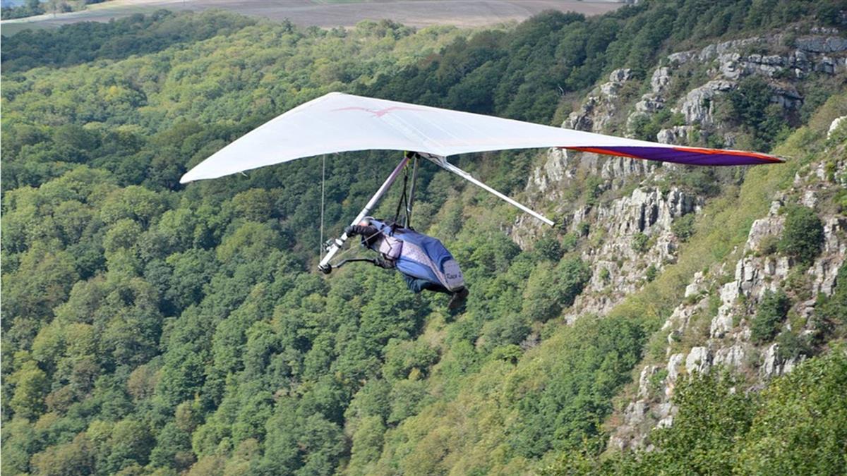 瀕死120秒!玩滑翔翼教練竟忘綁背帶