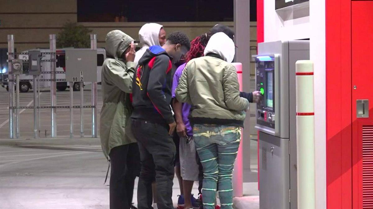 ATM狂吐千鈔2小時 民眾搶提款…佛心銀行:不用還!