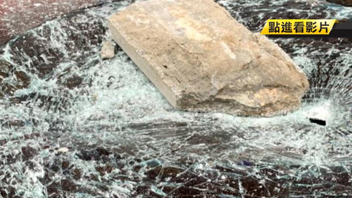 恐怖! 大樓外牆水泥塊砸落 轎車車頂被打凹